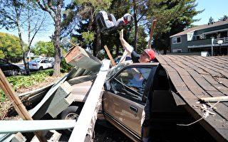 圖為2014年8月24日納帕發生了6.1級地震後,居民從倒塌的車棚中取出了車子裡的兒童座椅。地震造成80多人受傷,建築設施損壞及整個地區斷電。(read Josh Edelson/AFP/Getty Images)