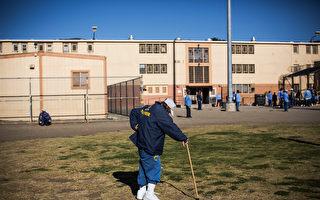 加州圣路易斯奥比斯堡的监狱院子外面散步的老年囚犯。(Andrew Burton/Getty Images)