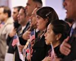 """美国第九巡回上诉法院三名法官周四(9月7日)达成一致裁决,和美国机构有""""真实关系""""(bona fide relationship)的难民,不受总统川普(特朗普)移民限制令的影响,可以入境美国。(John Moore/Getty Images)"""