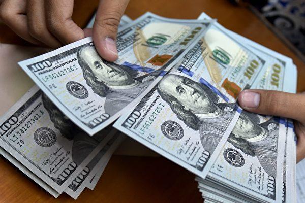 依美国人口普查局的最新统计,去年美国家庭收入的年增率为3.2%,连续两年增长,亚裔收入最高。(BAY ISMOYO/AFP/Getty Images)
