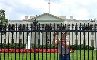 9月11日,兩人向白宮北圍欄內扔東西而被拘留。白宮臨時關閉45分鐘。圖為一名工人在白宮北圍欄工作。(KAREN BLEIER/AFP/Getty Images)