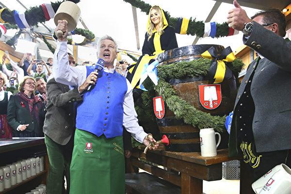2015年的慕尼黑啤酒節開幕日,慕尼黑市長Dieter Reiter用手中的大木槌敲開頭一罐大啤酒桶。(Alexander Hassenstein/Getty Images)