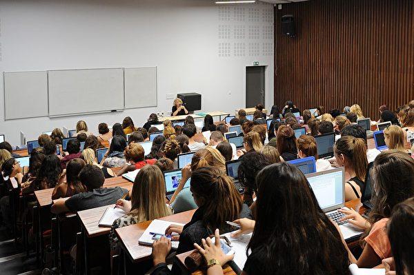 法国综合大学学生正在上心理学课。 (should read SYLVAIN THOMAS/AFP/Getty Images)
