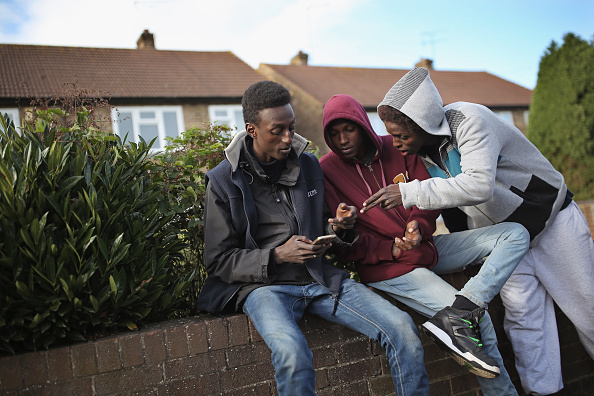 2015年有不少非法移民從法國偷渡進英國,進入英國後就申請避難,然後英國給安排食宿。圖為幾名來自蘇丹的尋求避難者。( Dan Kitwood/Getty Images)