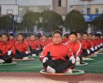 東北某市中學生運動會的一些紀錄近40年未打破,顯示中國學生的身體素質並未提高。圖為吉林某小學的學生在做鍛鍊。(STR/AFP/Getty Images)
