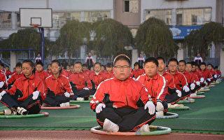 东北某市中学生运动会的一些纪录近40年未打破,显示中国学生的身体素质并未提高。图为吉林某小学的学生在做锻炼。(STR/AFP/Getty Images)