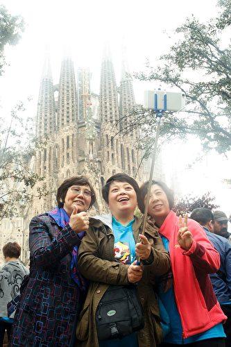 2017年上半年,中国赴欧洲游客同比增长了65%,其中跟团游甚至增长了81%。(PAU BARRENA/AFP/Getty Images)
