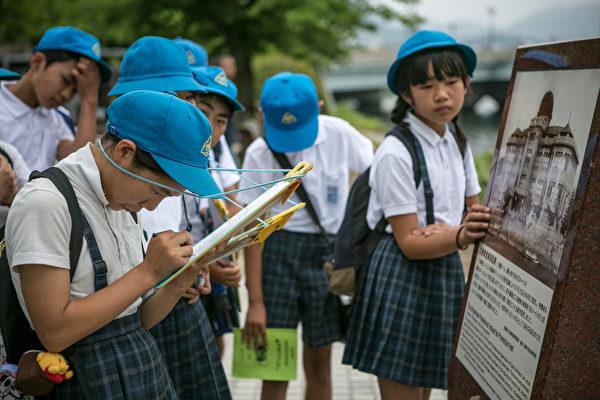 日本孩子的独立能力很强。图为2016年5月27日,日本小学生在广告参观原子弹穹顶。(Jean Chung/Getty Images)