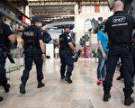 四名美国大学生周日(18日)在法国南部的马赛火车站遭受一名女子泼酸袭击,至少有两人受伤。(LEON NEAL/AFP/Getty Images)