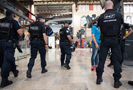 四名美國大學生週日(18日)在法國南部的馬賽火車站遭受一名女子潑酸襲擊,至少有兩人受傷。(LEON NEAL/AFP/Getty Images)