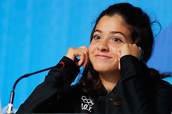 马迪尼本人只是个天真无邪的大女孩,但却胸怀大志,坚强自信。图为出席2016年8月里约奥运难民代表队记者会。(Ker Robertson/Getty Images)