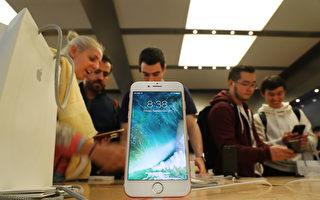 去年9月,iPhone 7 在紐約曼哈頓的蘋果商店售賣。(Spencer Platt/Getty Images)