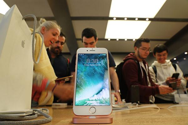 去年9月,iPhone 7 在纽约曼哈顿的苹果商店售卖。(Spencer Platt/Getty Images)