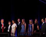 2016年11月9日凌晨川普在纽约市的纽约希尔顿中城举行的胜选晚会上与家人一起庆祝胜选。 (Mark Wilson/Getty Images)
