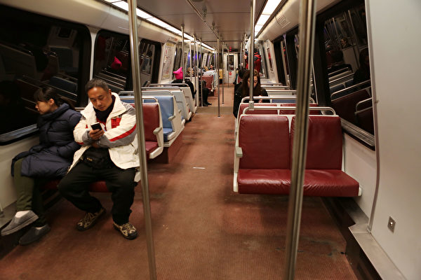华盛顿地铁和公交系统乘客数量下降,收入也随之减少。(Mario Tama/Getty Images)