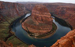 美國科羅拉多河及其支流為約4000萬人口和500多萬英畝農田供水。(RHONA WISE/AFP/Getty Images)
