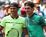 費德勒(右,Roger Federer)和納達爾(左,Rafael Nadal),2017年再次包攬年度四大滿貫冠軍。費德勒獲澳網和溫網,納達爾獲法網和美網。圖為二人今年4月2日在邁阿密網賽男單決賽中相遇。(Julian Finney/Getty Images)
