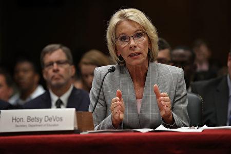 6月6日美國教育部長德沃斯在國會接受關於新財年教育部預算的聽證會。(Win McNamee/Getty Images)