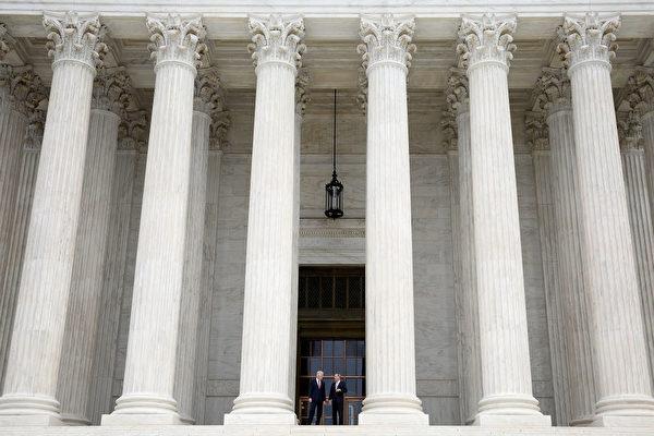 美国最高法院将于10月份审议川普的旅行与难民禁令。(Win McNamee/Getty Images)