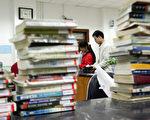 在大陆有些高校禁止图书馆借给学生带有西方字样的书刊。图为吉林大学图书馆一角。(Photo by China Photos/Getty Images)