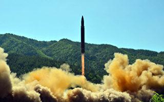 """韩国媒体于2017年9月5日报导,情报显示朝鲜利用夜间运送超远程洲际弹道导弹,专家分析预测平壤可能在9日的国庆日以前,做出更大的挑衅动作。本图为朝鲜于2017年7月4日发射的""""火星-14型""""洲际弹道导弹。(STR/AFP/Getty Images)"""