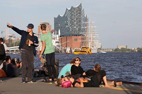 新建成的音乐厅为汉堡吸引了更多游客。 (LUDOVIC MARIN/AFP/Getty Images)