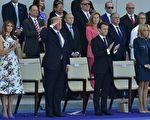 美國總統川普(特朗普)星期一(9月18日)表示,他正在考慮七月四日國慶日,在華府舉行類似法國的閱兵式,展現美國軍力。(CHRISTOPHE ARCHAMBAULT/AFP/Getty Images)