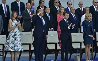 美国总统川普(特朗普)星期一(9月18日)表示,他正在考虑七月四日国庆日,在华府举行类似法国的阅兵式,展现美国军力。(CHRISTOPHE ARCHAMBAULT/AFP/Getty Images)