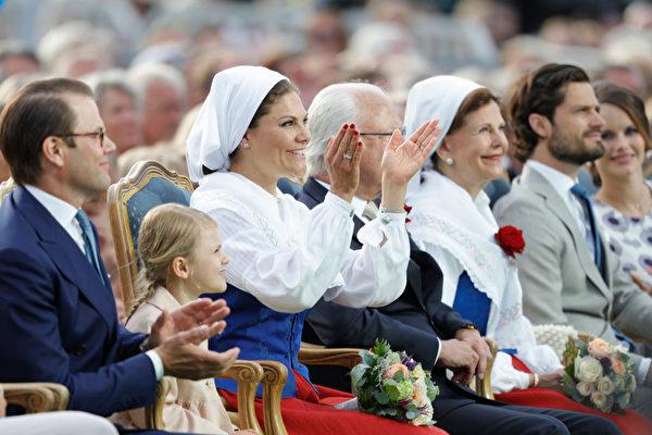 维多利亚公主身着瑞典传统服装,和家人一起欢庆40岁生日。(Andreas Rentz/Getty Images)