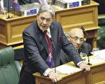 图为新西兰优先党党魁彼得斯在国会进行质询。(Hagen Hopkins/Getty Images)