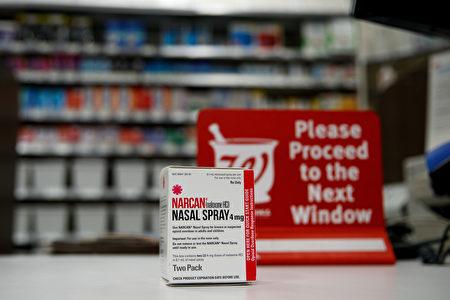 2017年8月9日,紐約市的Walgreens藥店櫃檯上的幫助逆轉阿片類藥物過量作用的納蘭酮(Naloxone)鼻噴霧劑。(Drew Angerer / Getty Images)