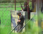 专家分析,朝鲜人为了争取自由冒着非军事区的地雷、电网和机枪逃离朝鲜,说明朝鲜人对本国政权越来越失望。图为朝韩边界的韩国士兵。(JUNG YEON-JE/AFP/Getty Images)