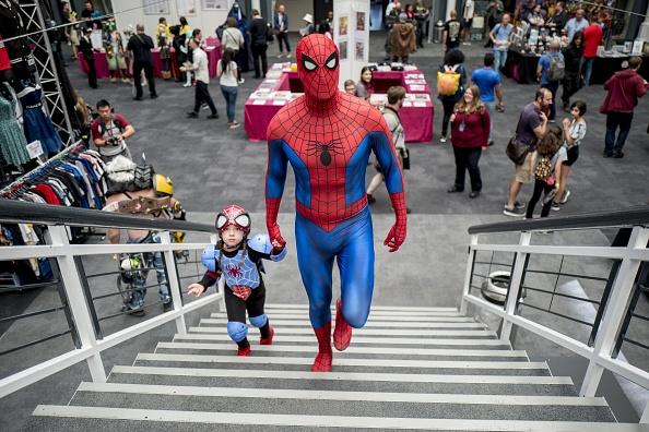 蜘蛛俠啥時候有女兒了?8月26日倫敦超級漫畫大會上,一對父女身穿蜘蛛俠的服裝出現在會場。( TOLGA AKMEN/AFP/Getty Images)