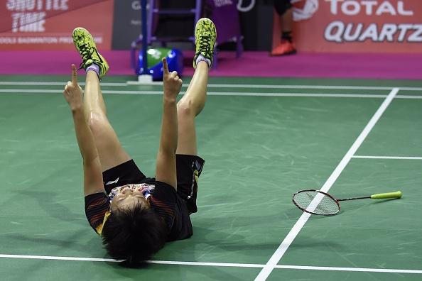 格拉斯哥羽毛球世錦賽上,中國女雙選手陳清晨和賈一凡贏得冠軍,這是中國連續第14次奪得世錦賽的女雙冠軍。贏得決賽後,陳清晨高興得倒在地上。(ANDY BUCHANAN/AFP/Getty Images)