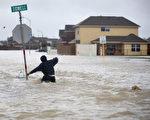 虽然哈维以及离开德州,但健康专家警告德州人应远离洪水和污积水,避免细菌感染。(Joe Raedle/Getty Images)