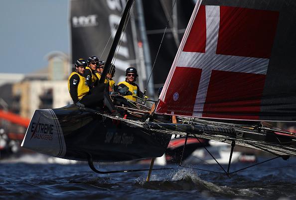 国际极限帆船赛近日在卡迪夫举行。这项一年一度得比赛开始于2007年,参加者大多是环球航海者、奥运奖牌获得者或者是世界以及欧洲和美洲冠军。图为获得冠军的丹麦队。( Clive Mason/Getty Images)