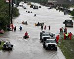 8月29日,在休斯顿遭受哈维风暴袭击后,很多社区淹水严重。( Scott Olson/Getty Images)