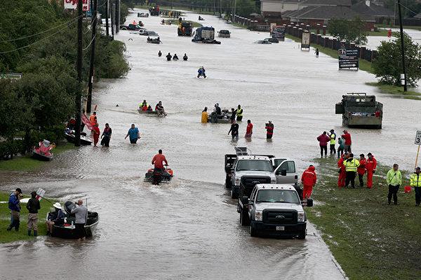 8月29日,在休斯頓遭受哈維風暴襲擊後,很多社區淹水嚴重。( Scott Olson/Getty Images)