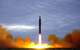 朝鲜中央通讯社(KCNA)的这张照片于2017年8月30日发布,显示朝鲜于8月29日从平壤附近未公开的发射台发射了一枚中程弹道导弹火星-12号(Hwasong-12)。(STR/AFP/Getty Images)