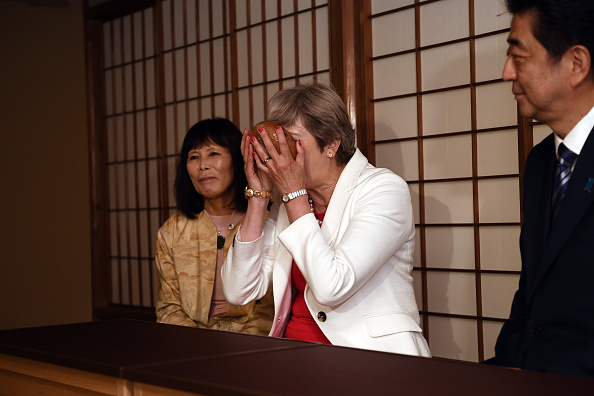 """英国媒体评价:""""她把碗举得离脸太近了,都看不到眼睛了。""""(Photo by Carl Court/Getty Images)"""