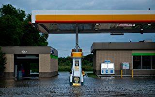 8月30日,休斯頓一家浸在洪水中的加油站。       (BRENDAN SMIALOWSKI/AFP/Getty Images)