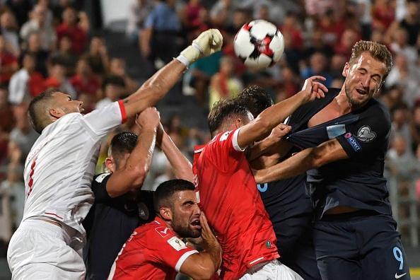 世界杯资格赛上,马尔他主场对战英格兰,双方一度在马尔他的球门前混战。(ANDREAS SOLARO/AFP/Getty Images)