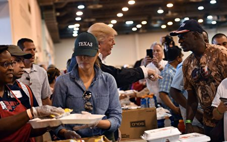 9月2日,美國總統川普與夫人第二次現身德州,慰問災民。(NICHOLAS KAMM/AFP/Getty Images)