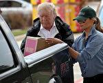 9月2日,川普及夫人梅拉尼娅再次访问哈维飓风灾区德州东南部。图为夫妇俩将救灾物品装上一位灾民的皮卡车。 (Win McNamee/Getty Images)