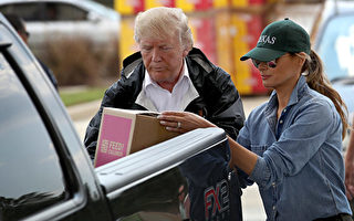 川普及夫人梅拉尼婭9月2日再次訪問哈維颶風災區德州東南部。圖為川普夫婦倆將救災物品裝上一位災民的皮卡車。(Win McNamee/Getty Images)