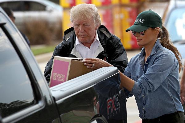 川普及夫人梅拉尼娅9月2日再次访问哈维飓风灾区德州东南部。图为川普夫妇俩将救灾物品装上一位灾民的皮卡车。(Win McNamee/Getty Images)