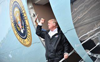 美國環保局官員週六(9月2日)證實,在哈維肆虐之後,德州41個嚴重污染區(Superfund)當中的13個出現洪水氾濫,可能造成環境破壞。圖為川普總統到德州視察災情。(NICHOLAS KAMM/AFP/Getty Images)