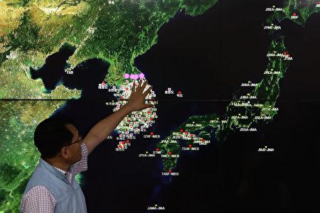 9月3日韓國國家地震與火山中心負責人Ryoo Yog-Gyu在首爾韓國氣象局中心的屏幕上展示了地震波。 韓國,日本和美國在朝鮮的漢堡北部發現人造地震。 日本政府已經確認是朝鮮的第六次核試驗。 (Chung Sung-Jun / Getty Images)