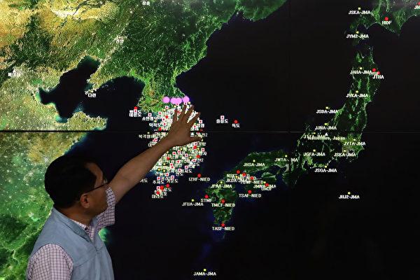 朝鮮9月3日進行氫彈試爆,美國政府準備對其進行一系列外交和軍事行動。圖為9月3日韓國國家地震與火山中心負責人Ryoo Yog-Gyu在首爾韓國氣象局中心的屏幕上展示了地震波。 (Chung Sung-Jun / Getty Images)