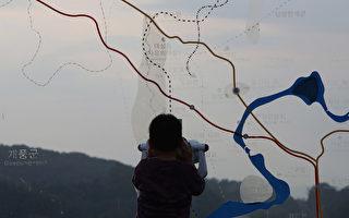 朝鮮3日宣布在咸鏡北道吉州郡豐溪裡進行第六次核試驗。圖為朝鮮核試驗後,一名韓國男孩用雙筒望遠鏡觀察朝鮮。(Chung Sung-Jun/Getty Images)